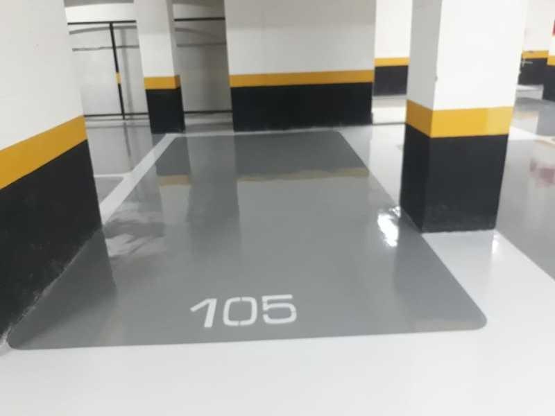 Aplicação de tinta epoxi em pisos